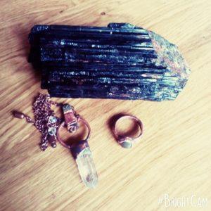 Další možnosti ochrany před elektromagnetickým zářením. Veliký krystal černého turmalínu (vhodné umístit k wify vysílači v domě) a šperky z hematitu, pyritu a magnetitu.