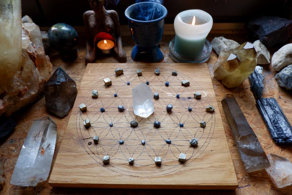 krystalová mřížka safír, pyrit a křšťál