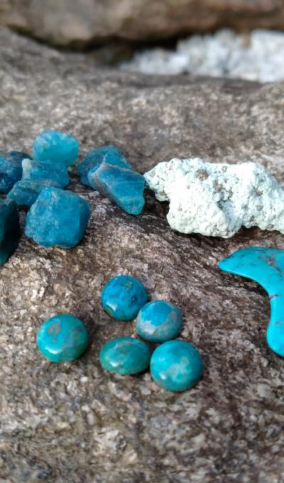 Krystaly pro podporu krční čakry a sebevyjádření